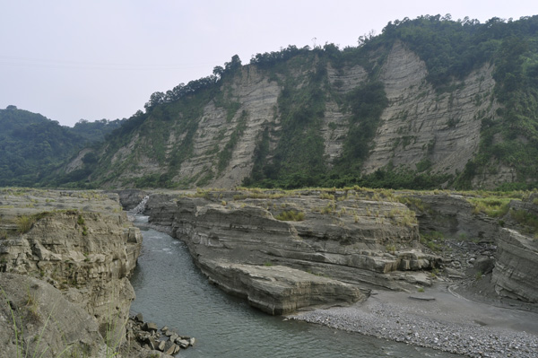 Craddled by the mountains, M'ihu sits on a cliff facing the Zhoulan Valley