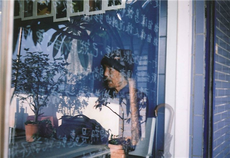 莊周夢蝶,無有虛實。從1959年起,周夢蝶就在台北武昌街明星咖啡屋前擺書攤維生,直至1980年才因胃疾結束二十一年的書攤生涯,身影堪稱60、70年代台北重要的文化街景。