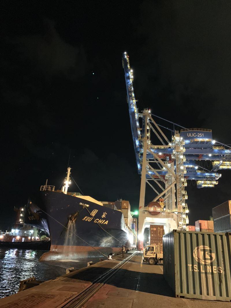 貨櫃船抵達基隆港