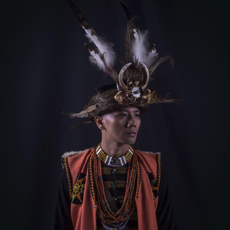 得陸.鳩浙恩澇 Terudj Tjucenglav 排灣族人,國立臺灣體育運動大學舞蹈系畢業。身分多元,為文史工作者,亦是創作者、表演者、教學者與舞台監督等身分。回到部落以後,從田野調查與編創工作中,逐漸在文化中找回與部落的關聯性,並在部落耆老的啟發下,試圖在文化保存與創新之間,找出在劇場中能共同前進的道路。