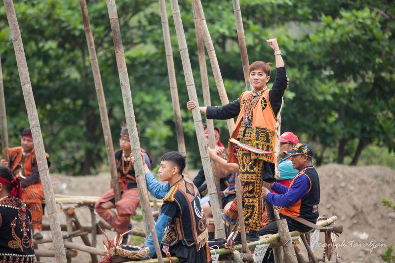 得陸.鳩浙恩澇回到部落做田野調查,參與maljeveq迎靈祭刺球儀式並從中獲得創作養分。
