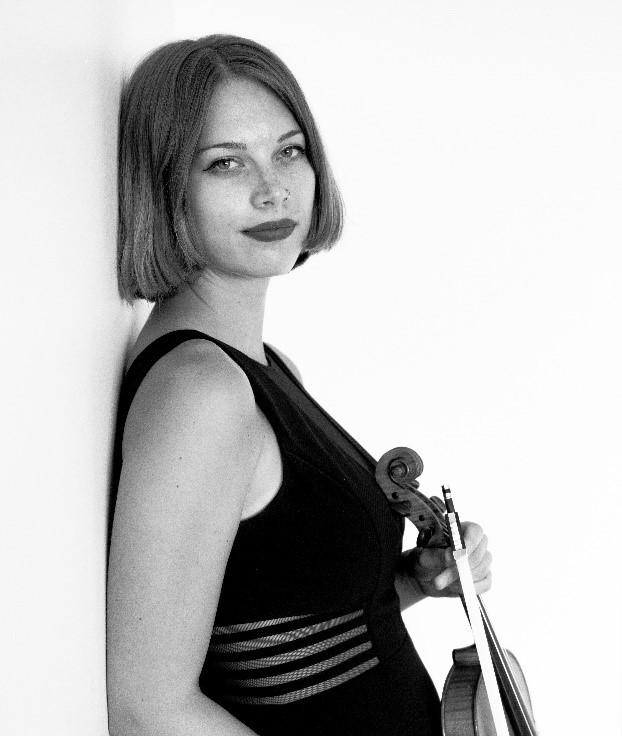 小提琴教授Megan Rohrer 精準詮釋《四月雨》二胡小提琴幻想曲。