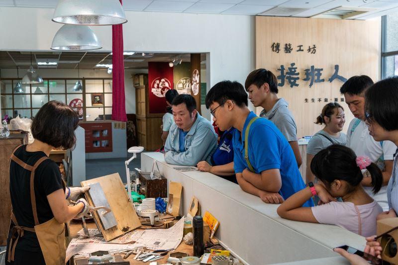 錫工藝師楊蕙如於「傳藝工坊」現場進行動態解說,帶領瞭解傳統工藝製作過程。