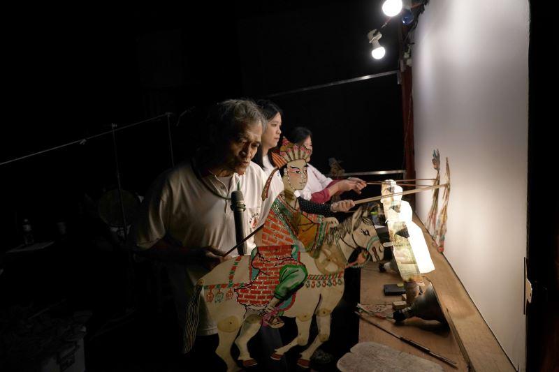 (小)02_觀音山東華皮影劇團是目前臺灣現存歷史最悠久的皮影戲團,透過耳熟能詳的劇情,搭配詼諧逗趣橋段與傳統鑼鼓配樂,以緊湊的皮偶光影變化與團隊間的表演默契,將皮影戲藝術詮釋得活靈活現。