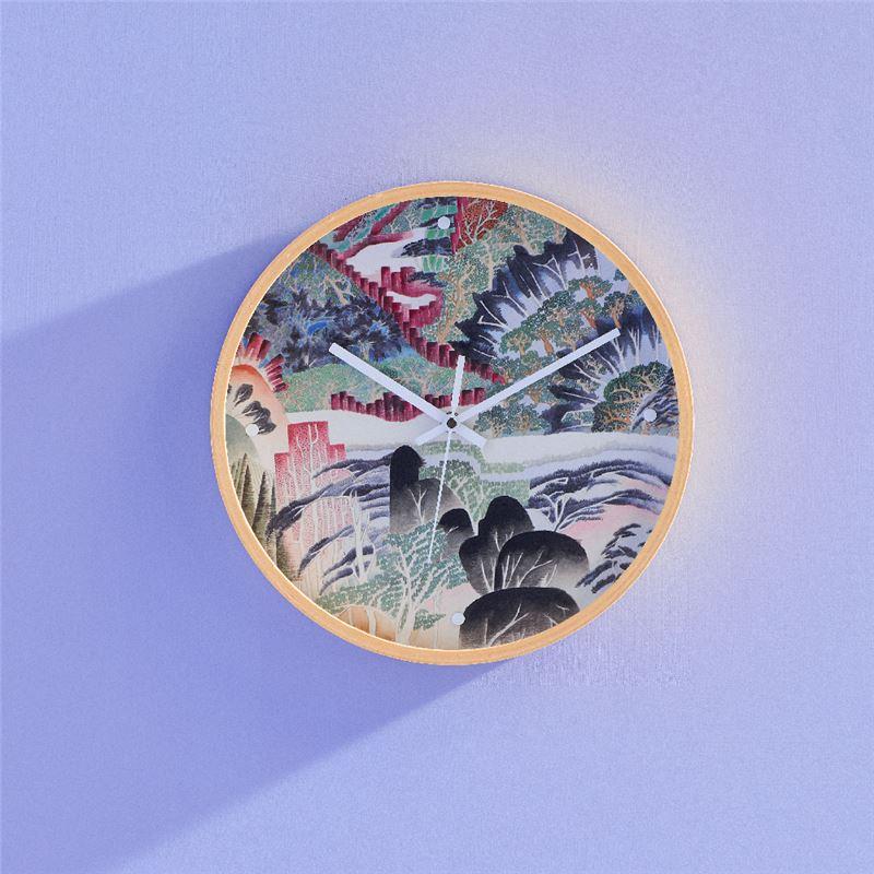 仙境幻遊時鐘 $1,900 木質時鐘與潔白指針的設計,烘托忘憂野趣。讓原畫作奔放、明亮而繽紛的色彩,完整呈現心之所嚮的自然風景,隨性即是心之所嚮的時刻。