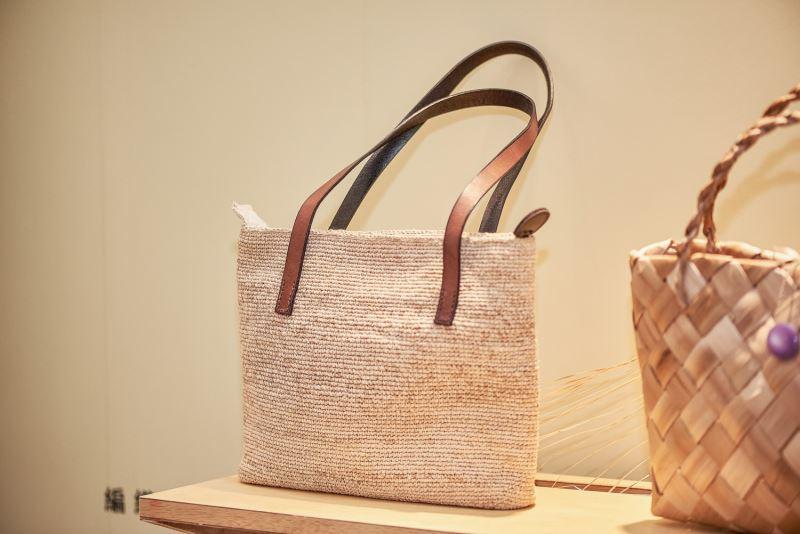 使用香蕉絲製成的編織包