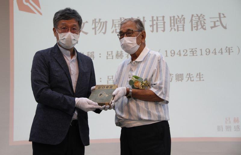 捐贈儀式(右)呂芳卿先生、(左)臺文館長蘇碩斌