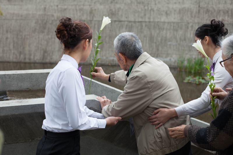 圖3_受難者許貴標前輩於紀念碑前獻花悼念難友們。