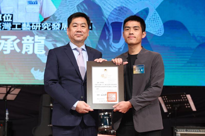 第206梯役男余○龍獲內政部次長頒發績優役男獎狀