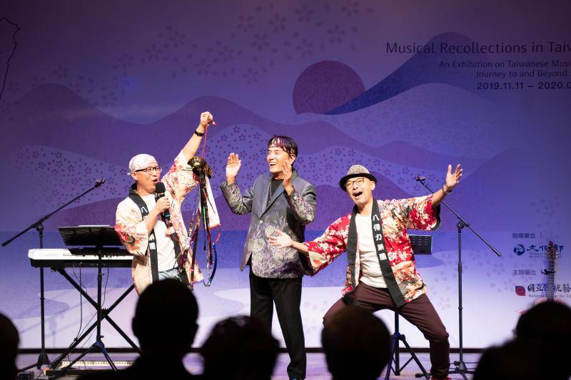 記者會表演節目,中間為流行歌手林沖,左右兩位為八得力樂團成員