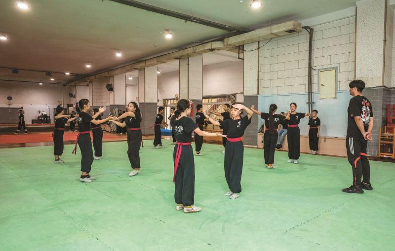 國立臺灣戲曲學院學生一大早就需要集合練功做早課。