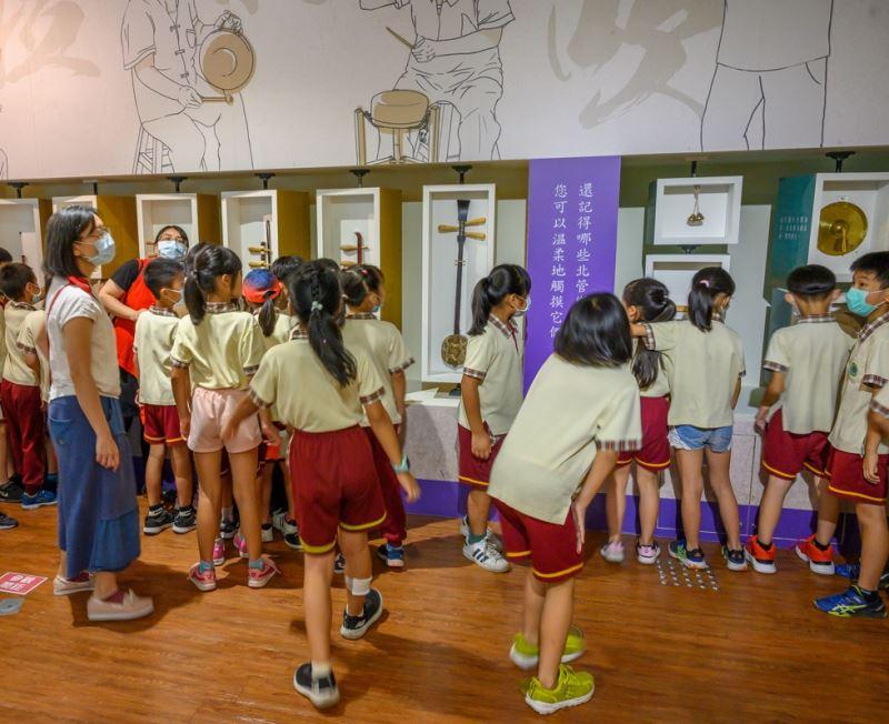 學童近距離觀察、觸摸北管樂器(小小子弟團體驗營-宜蘭育才國小)