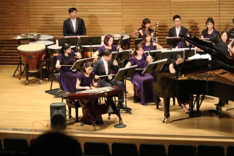 臺灣國樂團彈撥首席-林明慧與旅美鋼琴家鄭以琳(Amy I. Cheng),共同演出臺灣客家曲風的《日頭一出望雲遮》。
