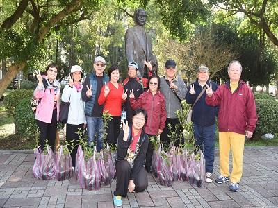 3月12日植樹節花苗贈送民眾合影。