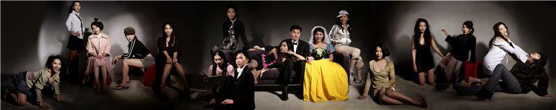 何孟娟〈完美婚姻〉2007 影像輸出於Epson藝術紙 90×450 cm