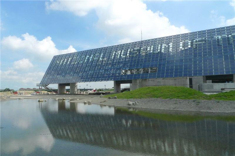 掩映雲天的光電雲牆,不僅是說臺灣歷史故事的媒介,更是太陽能發電的環保設施