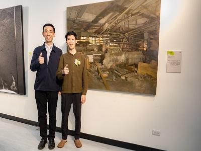 國父紀念王蘭生館長與2020中山青年藝術獎油畫類中山獎楊宥勝於〈環南市場〉前合影。