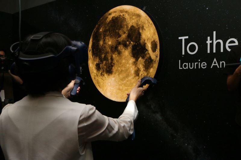 文化部長鄭麗君體驗黃心健與美國前位音樂教母Laurie Anderson合製的VR新作「登月」