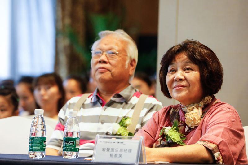 楊蔡笑女士支持楊奐桐先生的理想,兩人時常連袂出席各種活動推廣厚板挖面箏。