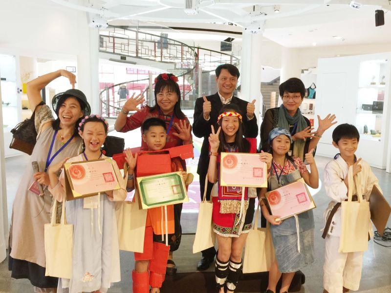 10-12歲組五位獲獎者(前排左起)鍾函祐、楊詠翔、戴毓杉、楊詠晴、趙子誠