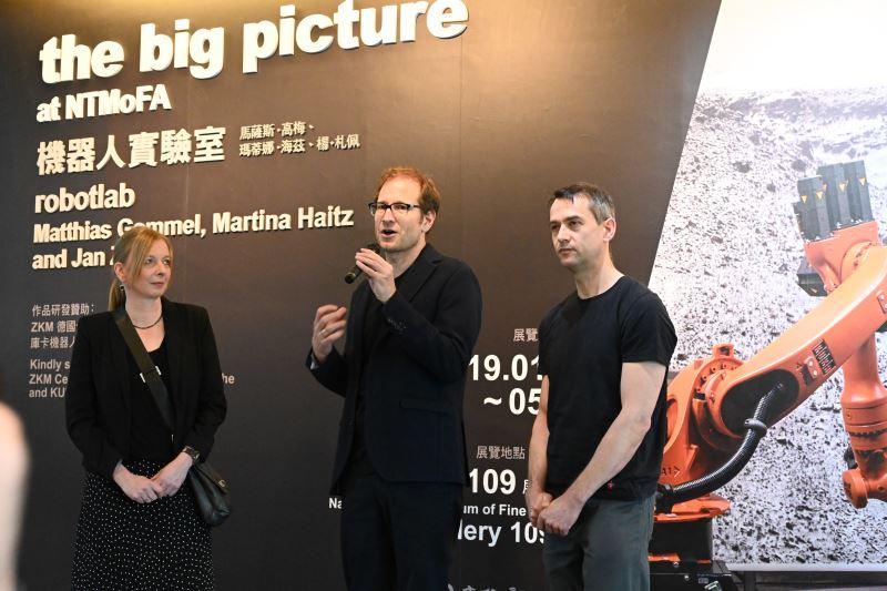 三位藝術家瑪蒂娜.海茲、馬薩斯.高梅、楊.札佩致詞(由左至右)