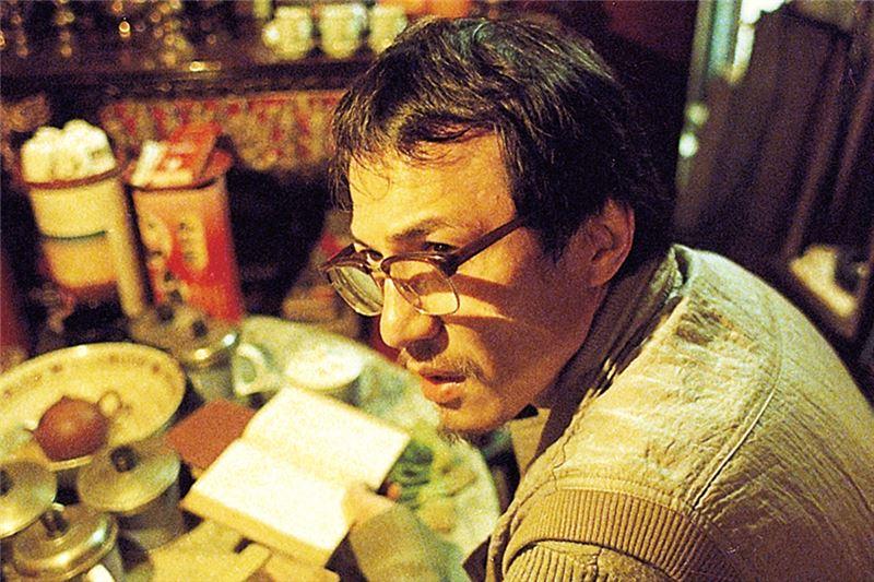 Una noche, Xuen-Xuen llama al número de la agencia de citas para contar su historia. Por casualidad, el hombre al otro lado del teléfono es Mo...