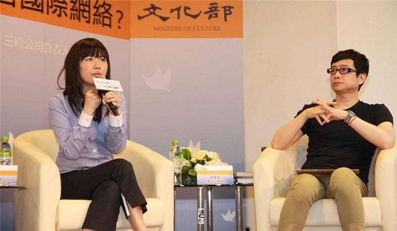三立電視台副總經理張正芬 (左)發表意見