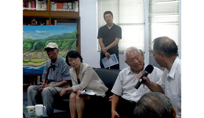 (左起)陳孟和、龍應台部長、劉佳欽,聆聽陳松先生發言