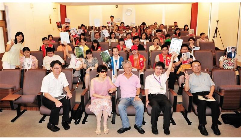 蔣勳老師、劉玄詠館長、蕭宗煌司長與視障朋友們合影