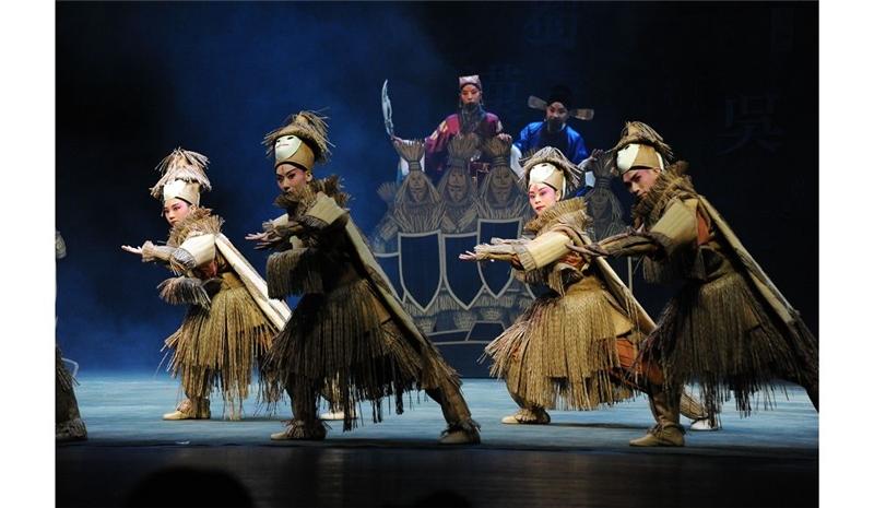 國光劇團《三國計中計》草船借箭稻草人由真人扮演,與現場觀眾互動。