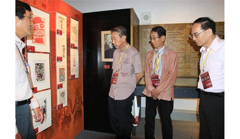 西川潤(左二)與立石雅夫(右二)與台文館副館長張忠進一同欣賞西川滿特展的展品。