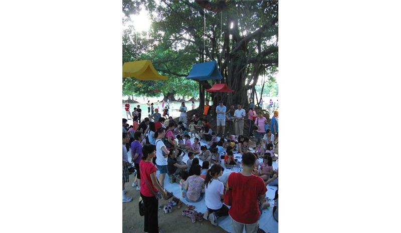 每周末舉行的魔法綠森林讓大小朋友在榕樹下聽故事