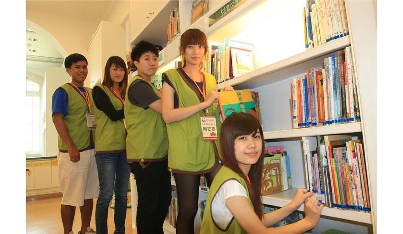 崑山科大五名公共關係暨廣告系學生,對於來到文學館擔任實習志工十分高興 。