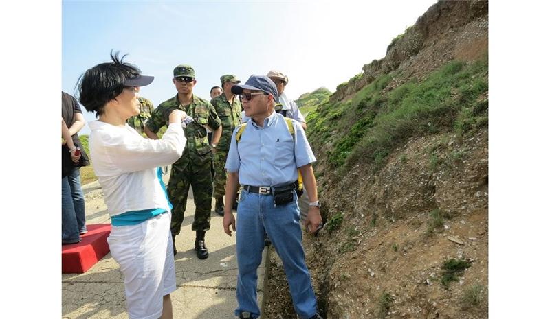 龍應台聽取中研院研究員陳仲玉(右)說明亮島考古遺址的重大發現