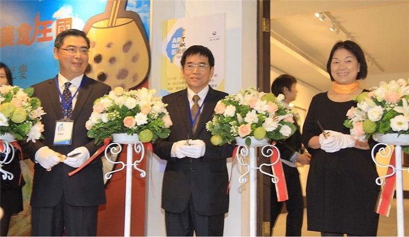 文化部長龍應台與企業天使為總統府租賃藝術銀行作品開展剪綵