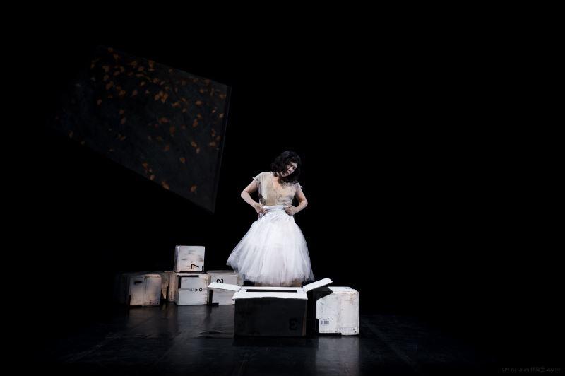臺灣接觸即興舞蹈名家古名伸、戲曲演員暨跨界創新導演李小平——雙雙聯手,歷時三年,終於磨出跨界新作《星圖》