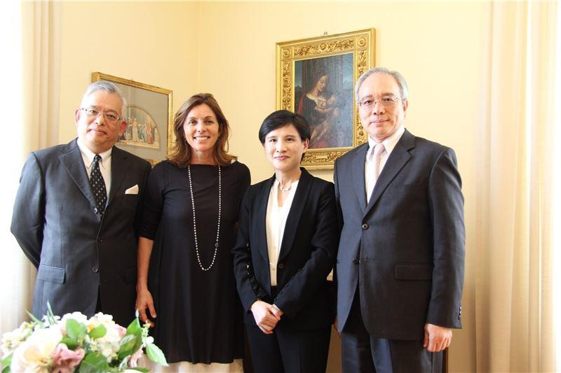 文化部長鄭麗君(右二)在駐教廷李世明大使(右一)陪同下,拜會梵蒂岡博物館館長芭芭拉.賈塔(Dr. Barbara Jatta)(左二)