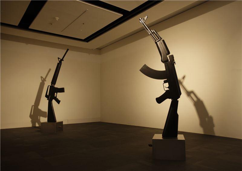 邱昭財〈疲軟世界 – M16 & AK47〉