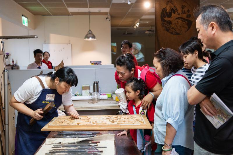 木雕工藝師-施懿紋於「傳藝工坊」現場進行動態解說,帶領瞭解傳統工藝製作過程。