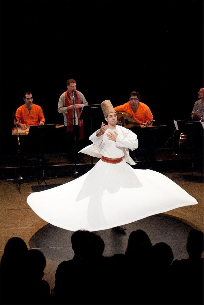 敘利亞舞者以飄逸潔白的長袍旋轉著對神祈信仰的禮讚