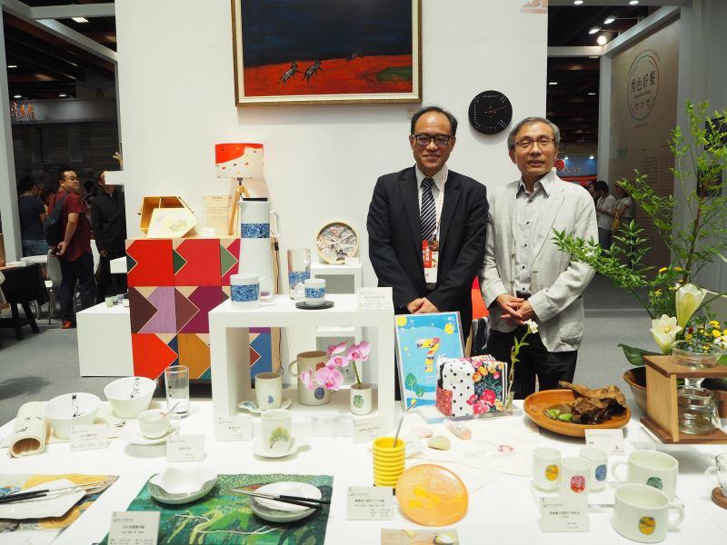 國美館林志明館長(左)與國立傳統藝術中心陳濟民主任於國美館「秀色好餐」展場