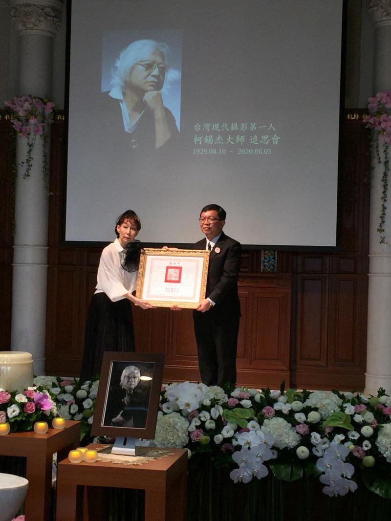 文化部常務次長李連權代表頒贈總統褒揚令,樊潔兮女士代表家屬受贈