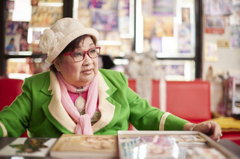 洪明雪藝師 歌仔戲資深藝人,擅演小生,1936年生於彰化,11歲起開始在自家的劇團正式學藝,17歲時即為台柱小生。演出經驗豐富,歷經過內台、外台時期並參與過廣播、電視、電影歌仔戲的演出,2018年獲新北市文化局認定為傳統表演藝術「歌仔戲」保存者。
