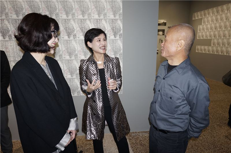 鄭部長於展覽中與北美館長林平( 左 )及藝術家謝德慶 (右) 共同分享觀展心得