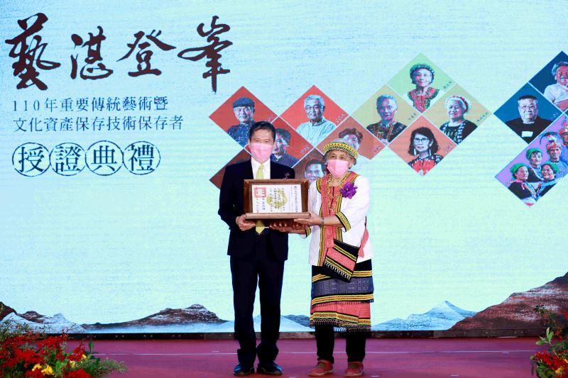 文化部長李永得授證「噶瑪蘭族ni tenunan tu benina香蕉絲織布」保存者嚴玉英藝師