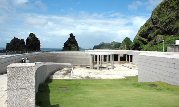不平坦草原-紀念碑潛入地下之設計,意味著當時被掩蓋在地底下的黑暗時期,以及不平等的待遇。