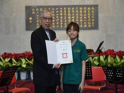 國父紀念館梁永斐館長頒贈感謝狀予北一女中弦樂社張卉翎社長。