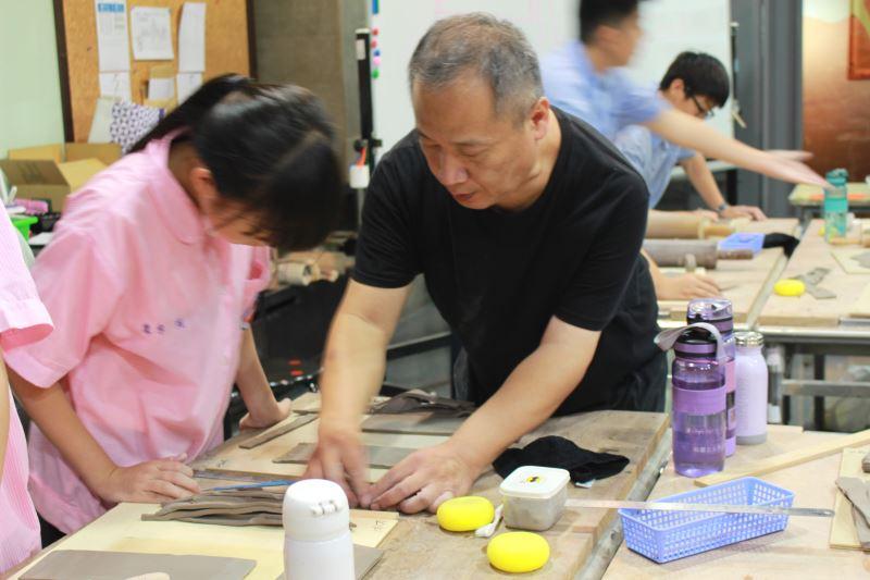 進駐陶瓷工藝家林立生指導鳳鳴國中7年級學生製作手捏陶杯