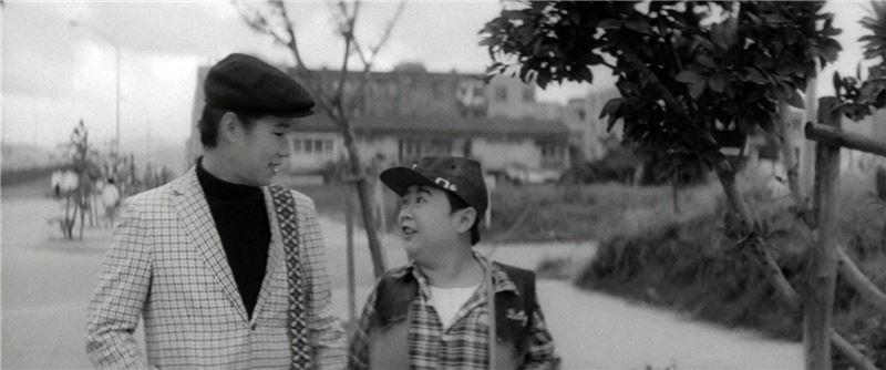 年邁富翁重金尋找失散孫女,引起流浪歌手阿文和其搭檔的關注。某日,兩人在台北街頭漫步,巧遇落難鞋童,與一位面容神似富翁孫女的賣花少女。
