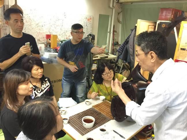 香港中樂團樂器研究室阮仕春主任解說環保革胡構造及材質